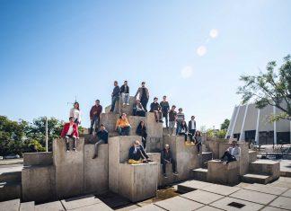 Universitarios en taller de fotografía arquitectónica realizado por CentroMx, en la Plaza Fuente de Fernando González Gortázar