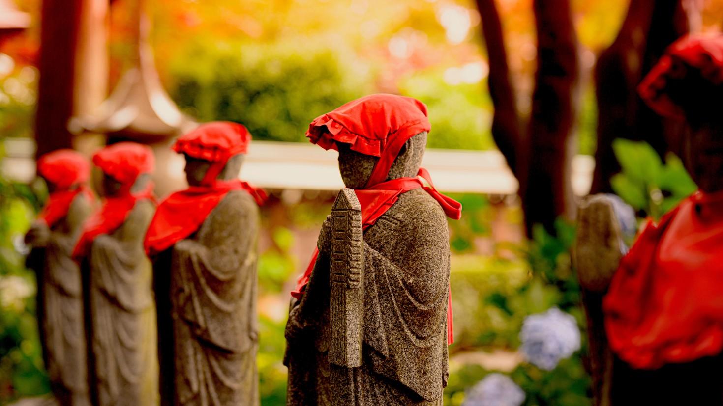 En Japón se realiza la ceremonia del mizuko, con estatuas de barro que representan a Jizo. Foto: wsimag.com