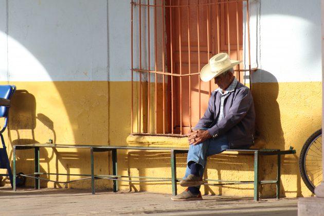 Adulto mayor en los portales de Acatic. Fotografía: Iván Serrano Jauregui