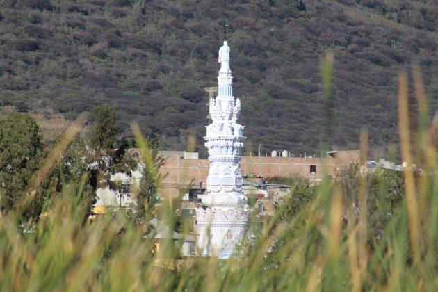 El Monumento al Pío Nono visto desde los tules del malecón de Jamay. Fotografía: Iván Serrano Jauregui